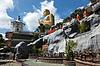 ID 3941769 | Buddyjski mnich przechodząc do posągów Buddy świątyni złota | Foto stockowe wysokiej rozdzielczości | KLIPARTO