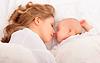 Durmiendo juntos. madre abraza al bebé recién nacido en | Foto de stock