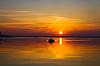Sonnenuntergang über Wasseroberfläche mit kleinen Boot | Stock Foto