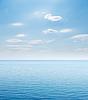 Blaue Meer und bewölktem Himmel über ihm | Stock Foto