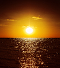 Goldenen Sonnenuntergang über dunklen Wasser | Stock Foto