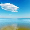 Gelbe Farbe seichten Wasser von Meer und Wolke über sie | Stock Foto