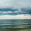 Dramatyczne niebo nad ciemnym morzu | Stock Foto