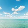 Azurblauen Meer mit blauem Himmel bewölkt | Stock Foto