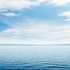 Blaue Meer und Wolken im Himmel | Stock Foto