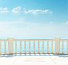 Balkon nahe Meer unter bewölktem Himmel | Stock Foto