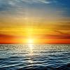 Orange Sonnenuntergang über dunklen Blau des Meeres | Stock Foto