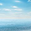 Licht Wolken am Himmel über blauem Meer | Stock Foto