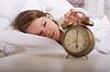 Niña está durmiendo y se apaga la alarma | Foto de stock