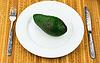 칼 붙이 접시에 아보카도 | Stock Foto