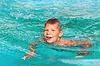 Uśmiechnięty chłopiec w basenie na letnie wakacje | Stock Foto