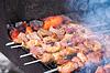 Juicy Scheiben Fleisch mit Sauce vorbereiten auf Kohlen | Stock Foto