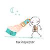 Steuer-Inspektor mit Laterne auf der Suche nach Geld