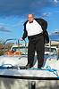 燕尾服船甲板上的胖子 | 免版税照片