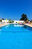 在酒店美丽的游泳池 | 免版税照片