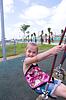 Schöne Mädchen spielen outdor auf Schaukel | Stock Foto
