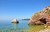 Hermosa vista al mar en un día de verano con rocas en | Foto de stock