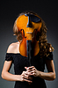 Attraktive Frau mit Cello im Studio | Stock Foto