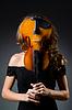Atrakcyjna kobieta z wiolonczelą w studio | Stock Foto