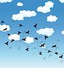 fliegende Vögel und Wolken im Himmel