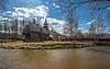 Alte hölzerne Tempel steht auf Ufer des Flusses | Stock Foto