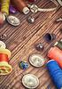 Taste und Fäden zum Nähen und Sticken | Stock Foto