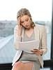 Gelangweilt und müde Frau mit Dokumenten | Stock Foto