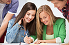 Studenten zeigen auf Notebook in der Schule | Stock Photo
