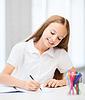 Estudiante poco chica dibujo en la escuela | Foto de stock