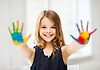 Mädchen zeigt bemalten Händen | Stock Foto