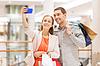 Glückliches Paar mit Smartphone unter Selfie in Mall | Stock Photo