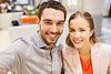 Glückliches Paar, das Selfie im Mall oder im Büro | Stock Photo