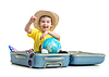 Szczęśliwy dziecko siedzi w walizce przygotowane na wakacje | Stock Foto