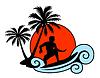 Surfer auf einer Welle mit Palmen und Sonnenuntergang