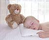 Muchacho del niño que está durmiendo en la almohada | Foto de stock