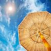 사막의 태양 아래 해변에서 양산 | Stock Foto
