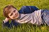 Junge auf Gras | Stock Foto