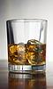 Whisky z kostek lodu na streszczenie | Stock Foto