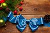 크리스마스 공 및 파란색 새틴 활 | Stock Foto