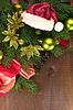 공 및 산타 모자와 크리스마스 트리 | Stock Foto