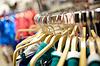 Kleiderbügel in Bekleidungsgeschäft | Stock Foto