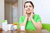 ID 3987199 | Junge Frau nutzt kosmetische Creme | Foto mit hoher Auflösung | CLIPARTO