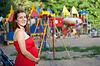 Ciąża kobieta na placu zabaw | Stock Foto