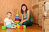 Szczęśliwa matka bawi się z dzieckiem | Stock Foto