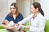어머니`의 팔에 신생아 검사 의사 | Stock Foto
