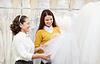 Woman helps bride in choosing veil | Stock Foto