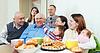 Счастливая семья многопоколенные или группы друзей | Фото