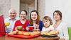 Szczęśliwy trzy pokolenia rodziny pije herbatę | Stock Foto