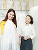 Pretty bride chooses bridal veil at shop | Stock Foto
