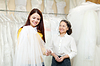 Girl chooses bridal veil at shop of wedding fashion | Stock Foto